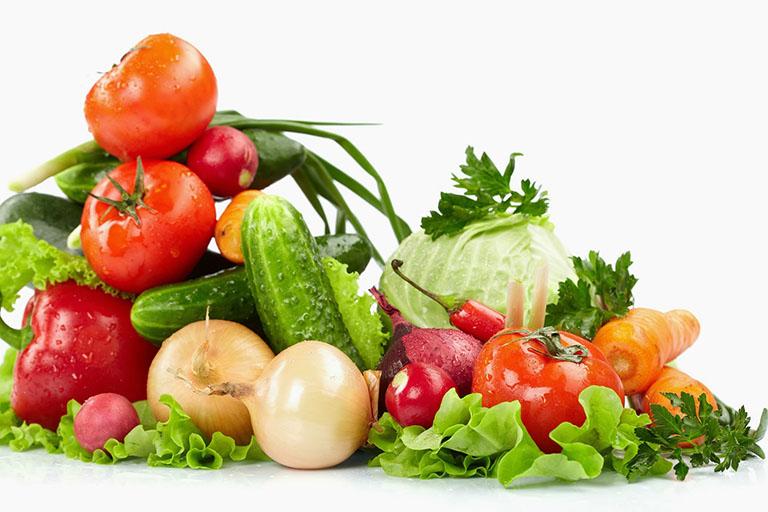 Bổ sung nhiều rau củ tươi và các thực phẩm giàu chất xơ để hạn chế nguy cơ mắc biến chứng sau khi mổ trĩ