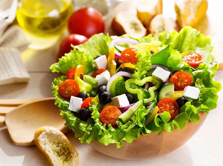 Nên ăn nhiều các thực phẩm giàu chất xơ , ít năng lượng vào bữa sáng