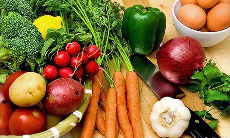 Ăn nhiều rau xanh và trái cây tươi là một cách chữa táo bón sau sinh mà các mẹ nên áp dụng