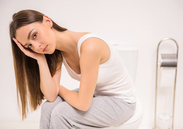 Ngứa và đau rát hậu môn là triệu chứng phổ biến khi bị bệnh trĩ sau sinh