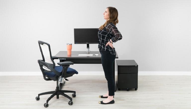 Thay đổi tư thế từ ngồi sang đứng kết hợp ưỡn người giúp giảm đau lưng