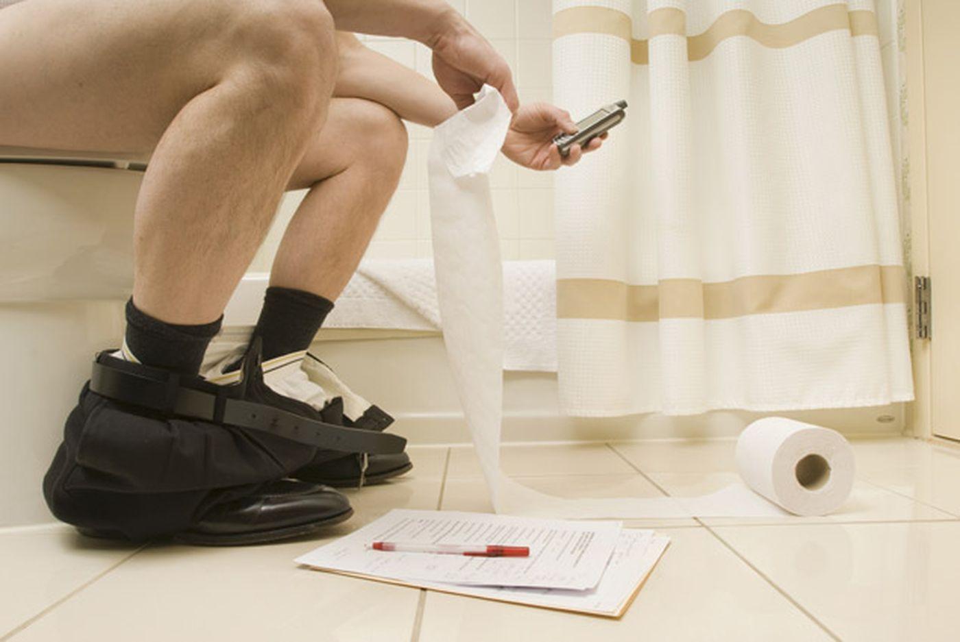 sử dụng điện thoại khi đi vệ sinh