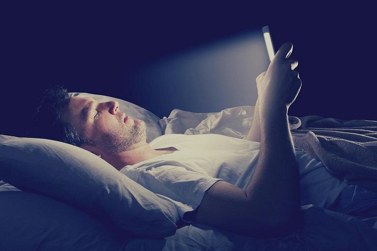Sử dụng điện thoại, thiết bị điện tử trước khi ngủ - Thói quen xấu ảnh hưởng đến sức khỏe