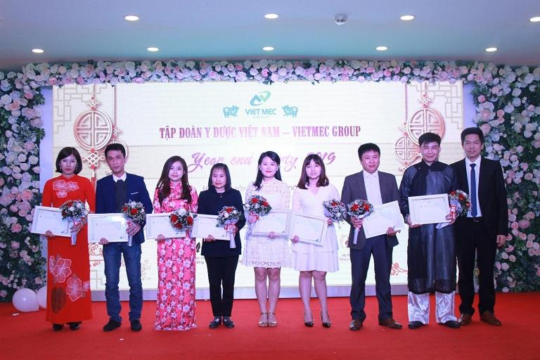 Ông Nguyễn Quang Hưng trao quà cho cán bộ nhân viên xuất sắc của tập đoàn