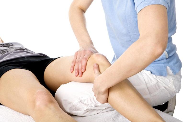 Vật lý trị liệu tác động một lực vừa phải đến khớp gối bị sưng viêm, hỗ trợ điều trị bệnh