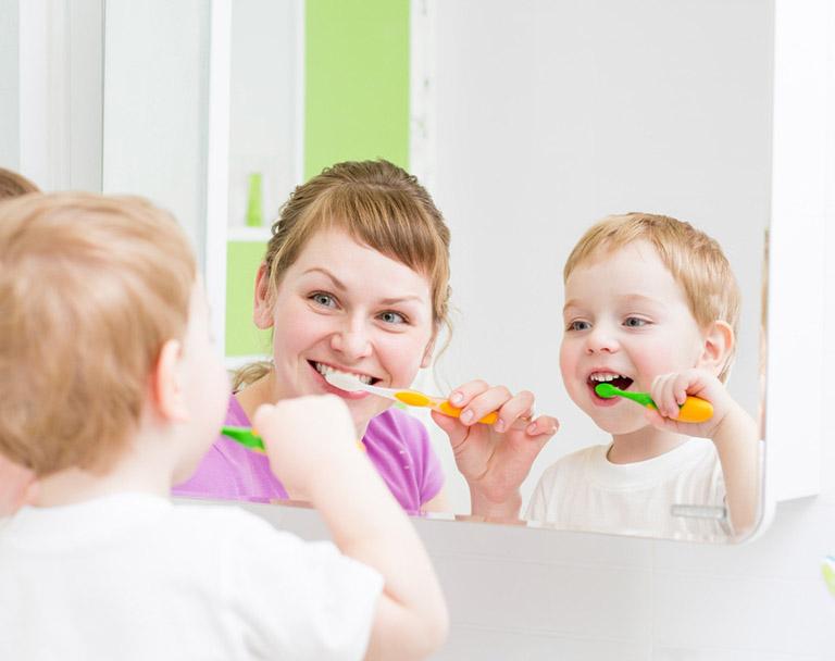 Tập thói quen vệ sinh răng miệng sạch sẽ cho trẻ để ngăn ngừa bệnh viêm amidan và viêm VA