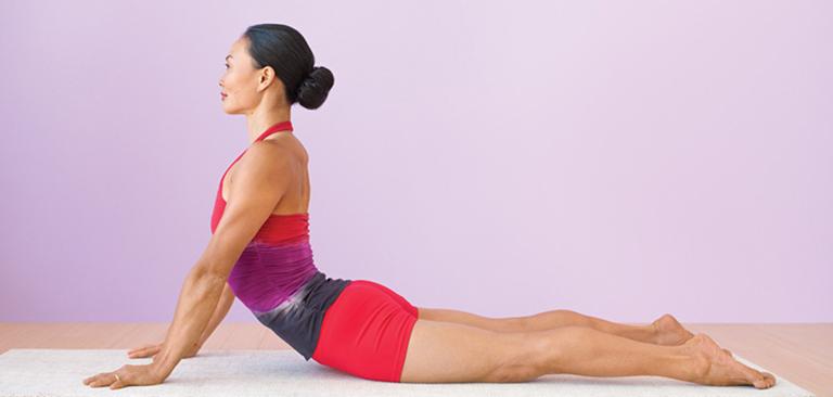 Động tác rắn hổ mang giúp căng cột sống và cơ lưng