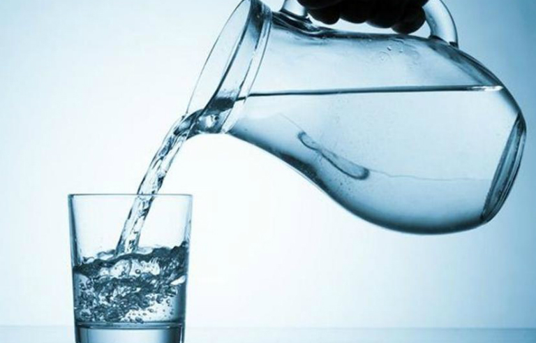 Để phòng tránh bệnh thận, bạn hãy uống nước đầy đủ mỗi ngày để thận loại bỏ các chất độc hại ra khỏi cơ thể.