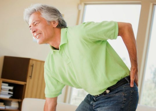 Ở những người cao tuổi, sức khỏe đã giảm sút, cơ thể thiếu các chất dinh dưỡng cần thiết, suy giảm nội tiết tố,... dẫn đến dễ mắc bệnh loãng xương.
