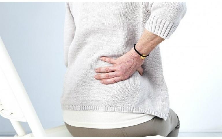 Bệnh loãng xương gây ra những biến chứng như đau cột sống, biến dạng cột sống,...