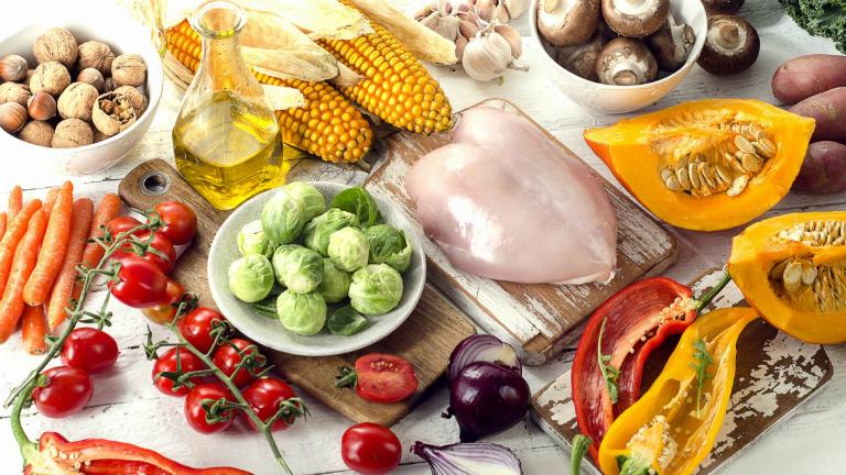 Sau phẫu thuật, bệnh nhân nên bổ sung các chất dinh dưỡng vào chế độ ăn của mình như beta-caroten, chất xơ, vitamin C,... để vết thương mau lành hơn.