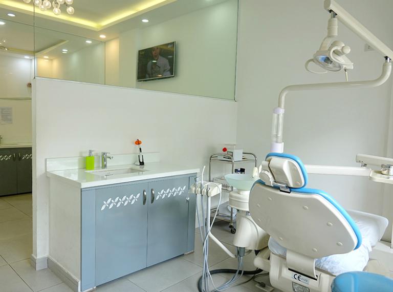 Nha khoa Sài Gòn Smile trang bị nhiều thiết bị y tế chất lượng cao, phục vụ cho việc khám và điều trị các bệnh về răng miệng.