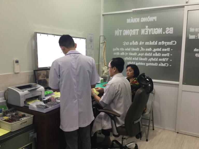 Bác sĩ Nguyễn Trọng Tín và cộng sự đang trực tiếp khám cho bệnh nhân tại phòng mạch của mình.