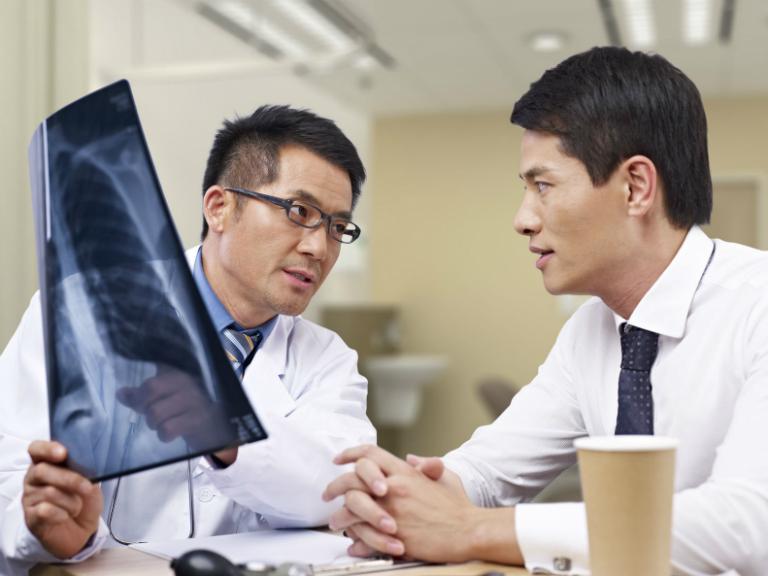Tại phòng khám, bác sĩ Đỗ Phước Hùng trực tiếp đọc kết quả xét nghiệm và chẩn đoán bệnh, kê toa.