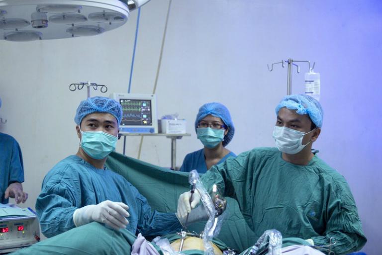 Các bác sĩ thực hiện phẫu thuật nội soi tại bệnh viện STO - Phương Đông, TP.HCM.