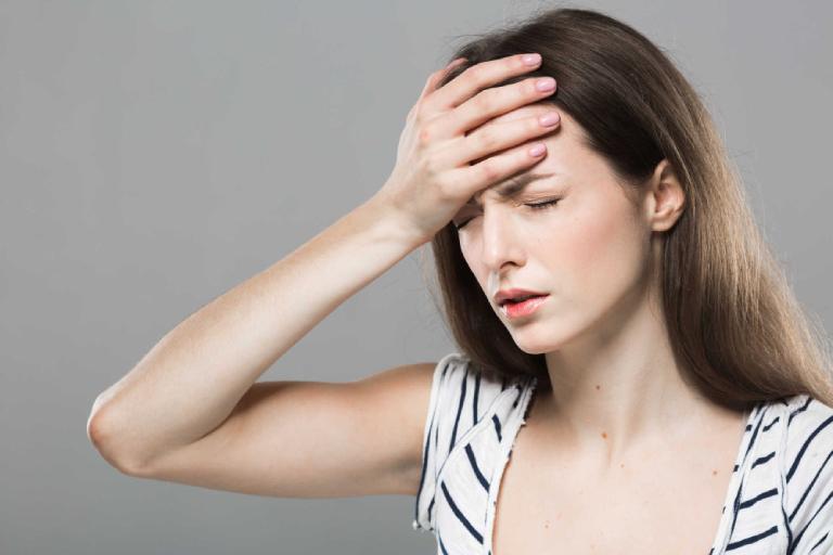 Khi bị suy thận cấp độ 1, người bệnh thường có các triệu chứng như hoa mắt, chóng mặt,...
