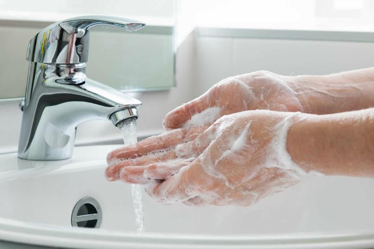Trước khi sử dụng thuốc Mekoderm - Neomycin, bệnh nhân nên rửa sạch hoặc vệ sinh vùng da cần thoa thuốc.