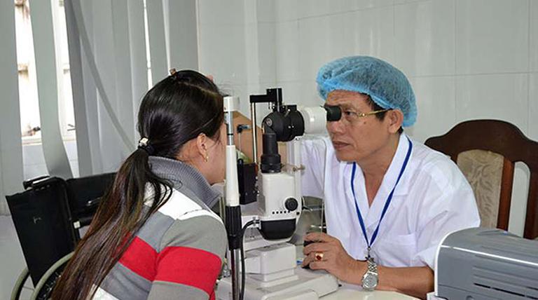 Bác sĩ Khôi đang khám chữa bệnh cho khách hàng