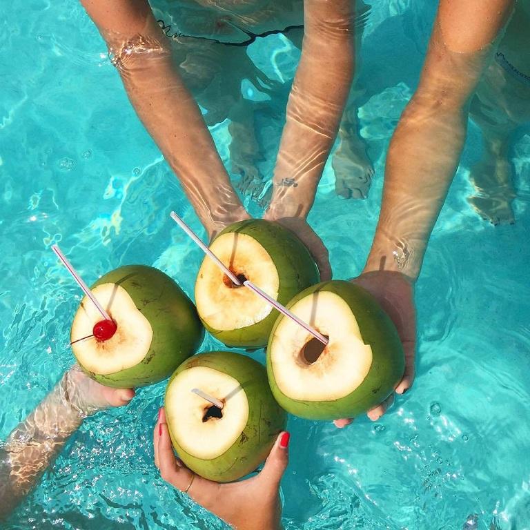Bù nước là một trong những lợi ích tuyệt vời của nước dừa với sức khỏe