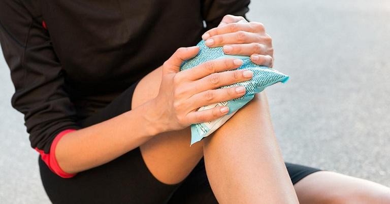 Cách trị đau đầu gối tại nhà bằng nhiệt trị liệu