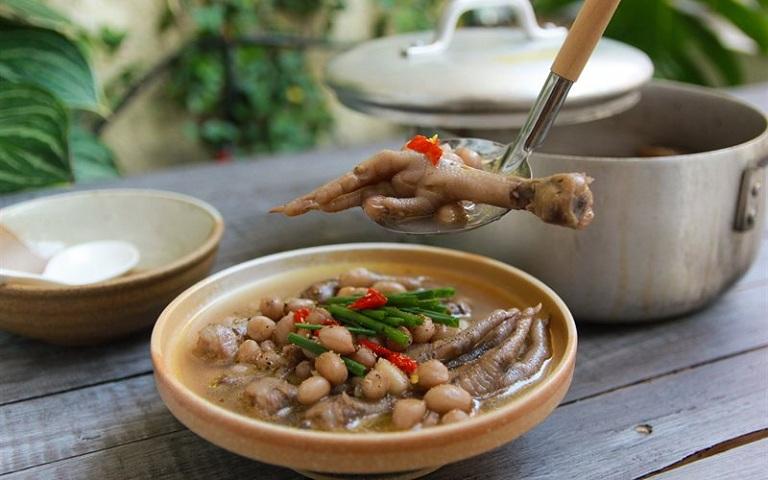 Chân gà hầm đậu phộng là món ăn trị đau lưng hiệu quả
