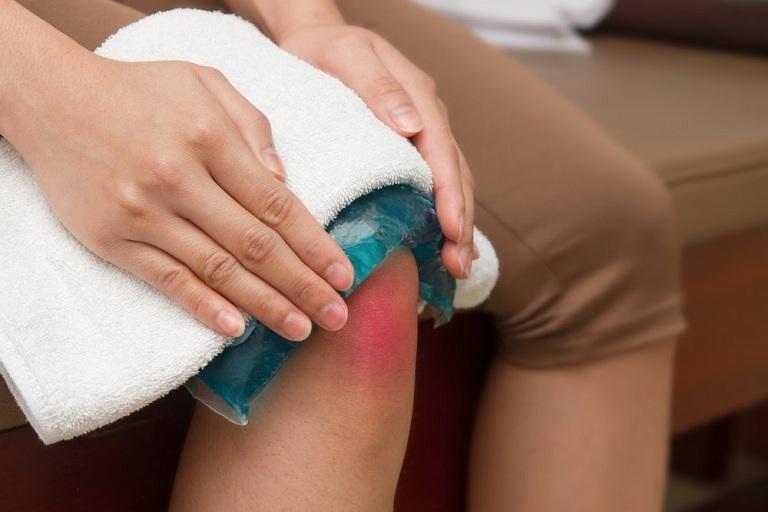Chườm nóng giảm đau nhức khớp gối về đêm