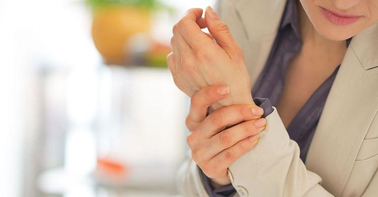 đau cổ tay trái