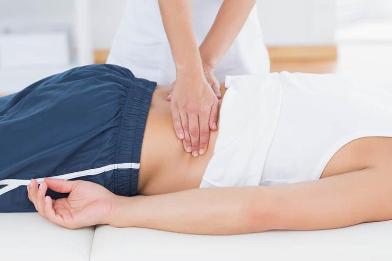 Day bấm huyệt đúng cách có thể làm giảm được các cơn đau lưng