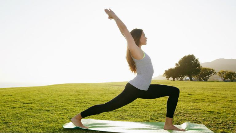 Thường xuyên vận động và tập luyện thể dục, thể thao để chữa trị bệnh đau vai gáy.