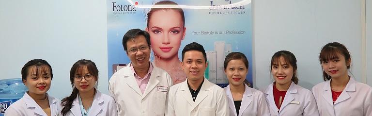 Bác sĩ Vinh cùng đôi ngũ nhân viên