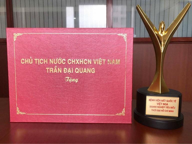 """Giải thưởng """"Doanh nghiệp tiêu biểu thời đại Hồ Chí Minh"""" do chủ tịch nước Trần Đại Quang trao tặng"""