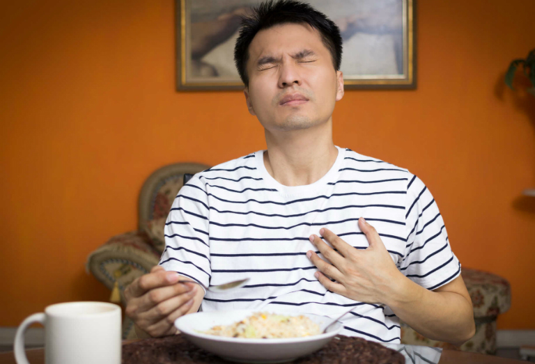 Ợ nóng sau bữa ăn có thể xảy ra với bất cứ ai. Và chúng ta không thể kiểm soát được cơn ợ nóng khi nó đến bất chợt.