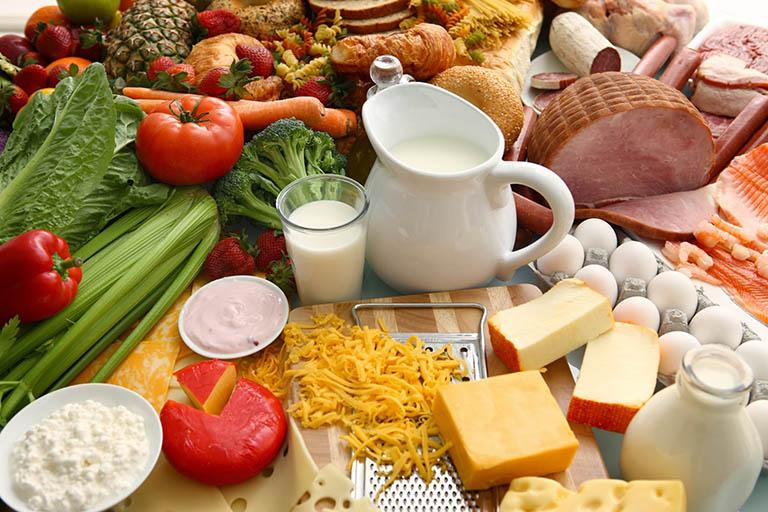 Bổ sung đầy đủ các chất dinh dưỡng cho cơ thể, nhất là canxi và protein để phòng ngừa loãng xương ở phụ nữ mãn kinh