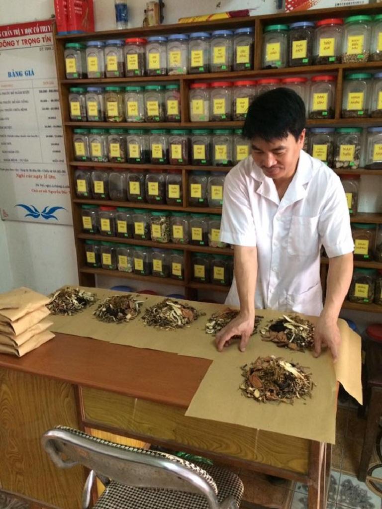 Lương y Nguyễn Đắc Trọng đang bốc thuốc
