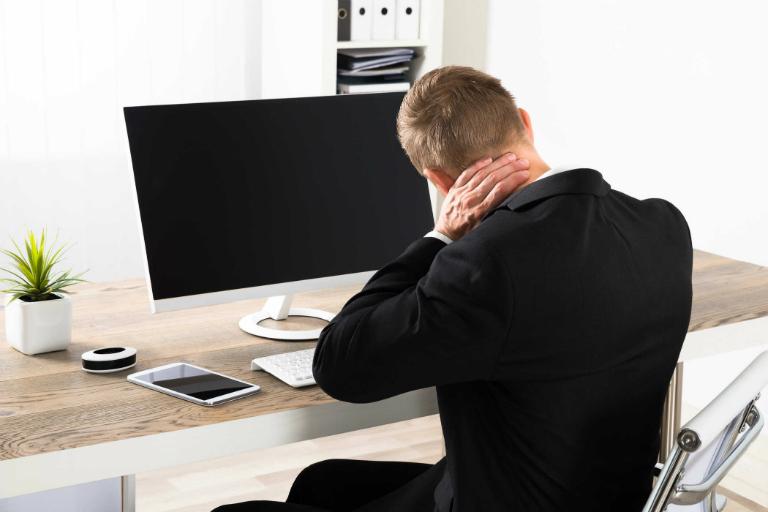 Ngồi quá lâu, ngồi sai tư thế cũng là nguyên nhân dẫn đến thoái hóa đốt sống cổ.