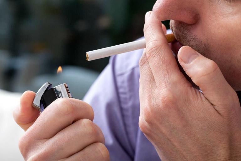 Hút thuốc lá làm tổn hại đến thận, là nguyên nhân khiến bệnh suy thận trở nên nặng hơn.