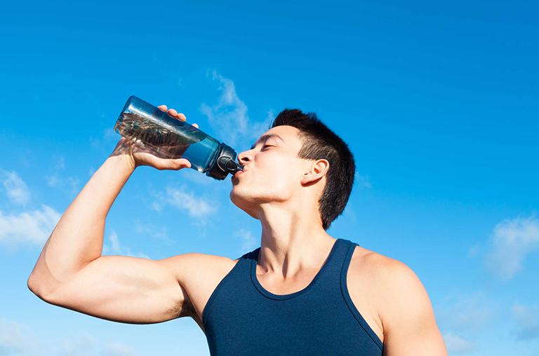 Trước khi đi bộ, chạy bộ, bạn nên uống nước lọc trong bữa ăn nhẹ