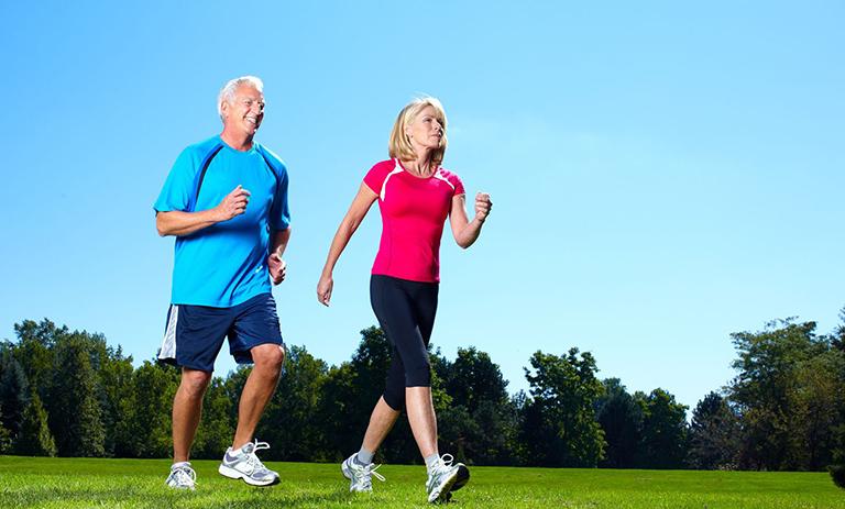 Bệnh nhân bị thoái hóa cột sống cần áp dụng tư thế đi bộ đúng cách
