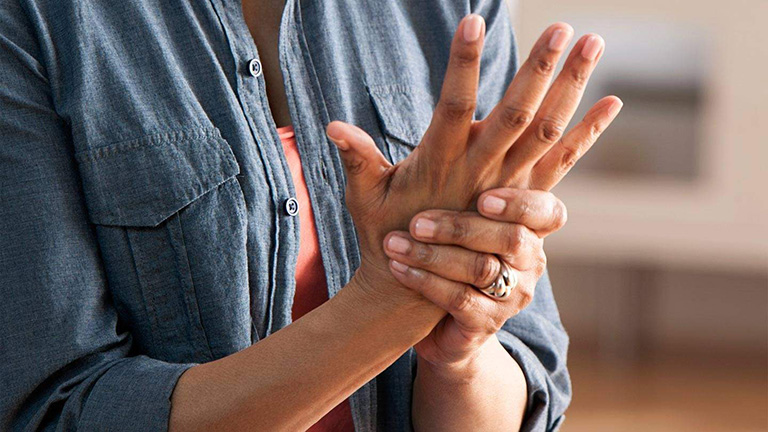 đau tay dấu hiệu vôi hóa cột sống