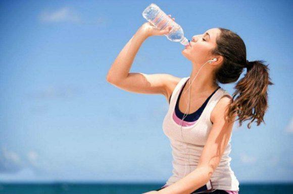 Uống nhiều nước giúp cho cơ thể đốt cháy nhiều calo, giảm cân và duy trì được cân nặng.