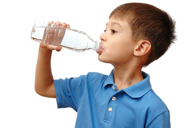 Hãy khuyến khích trẻ uống nước nhiều hơn để phòng tránh nguy cơ béo phì.
