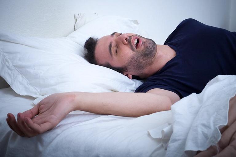Chuyển động đột ngột khi ngủ là nguyên nhân khiến tình trạng vẹo cổ phát triển