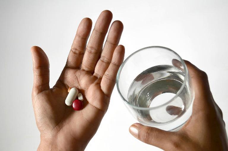 Sử dụng các loại thuốc tây để làm giảm các cơn đau do viêm khớp dạng thấp gây ra