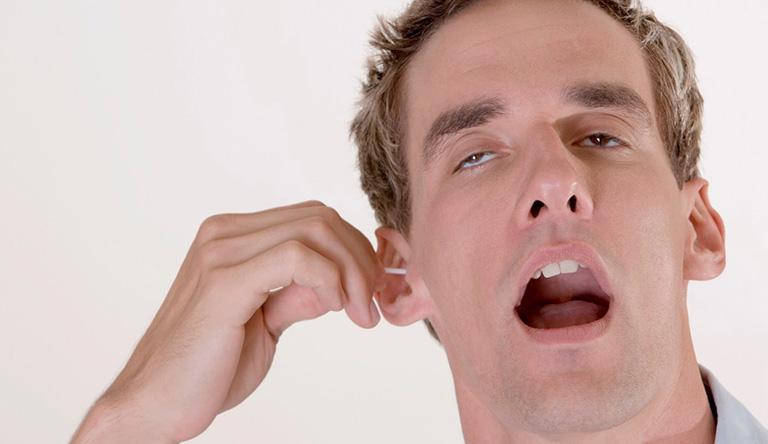 Vệ sinh tai không đúng cách là một trong những yếu tố khiến bệnh viêm tai giữa tái phát