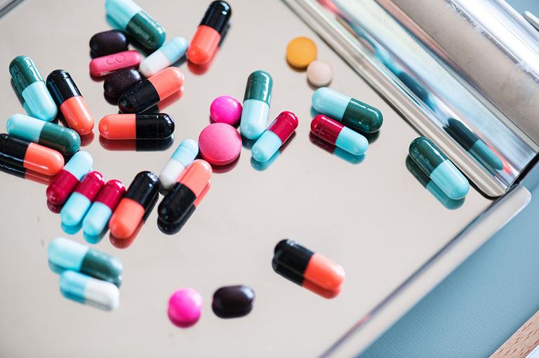 Dùng thuốc điều trị vôi hóa dây chằng