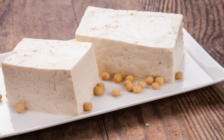 Đậu phụ (đậu hũ) được làm từ đậu nành. Lâu nay, người ta thường cho rằng nếu nam giới ăn nhiều đậu phụ sẽ bị yếu sinh lý.