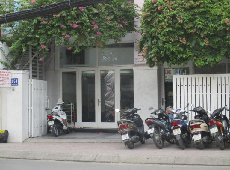 Phòng khám Nha khoa của bác sĩ Ninh có mặt bằng rộng rãi, thoáng mát, có chỗ để xe,...