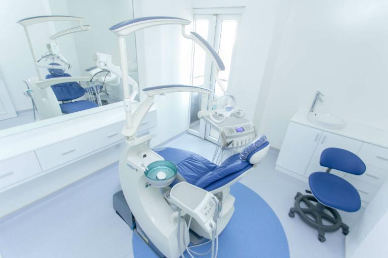 Phòng khám Nha khoa của bác sĩ Đinh Vĩnh Ninh có đầy đủ các trang thiết bị, dụng cụ y tế chất lượng cao, phục vụ khám chữa bệnh nha khoa.