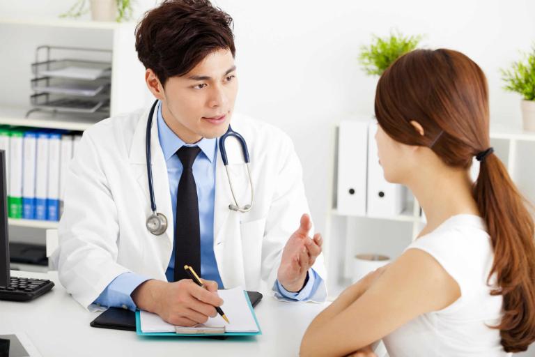 Khai báo với bác sĩ nếu xuất hiện triệu chứng khó chịu khi sử dụng thuốc nhỏ mắt Vismed.