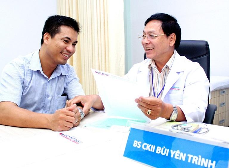 Phó giám đốc Y khoa - Bác sĩ CKII Bùi Yên Trình đang tư vấn bệnh nhân